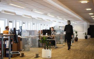 Pessoas trabalhando em um escritório, coordenando a operação da empresa