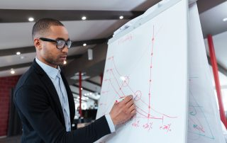Empresário analisando gráfico de redução do churn