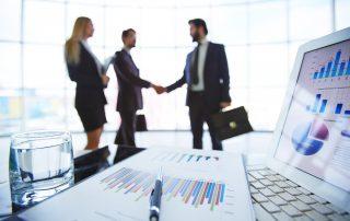 Empreendedores vendo o resultado do bom uso de métricas de customer success