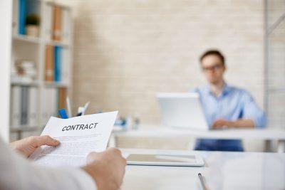 Empreendedor segurando contrato de vesting