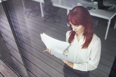 Empreendedora organizando os documentos de contratação de novos colaboradores