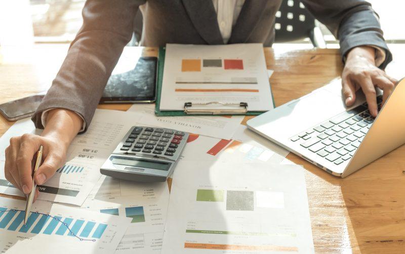 Empreendedor fazendo planejamento tributário da sua startup