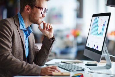 Empresário adotando ações de inovação financeira na sua empresa