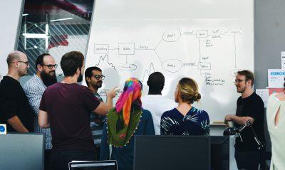 time de startup brasileira fazendo reunião