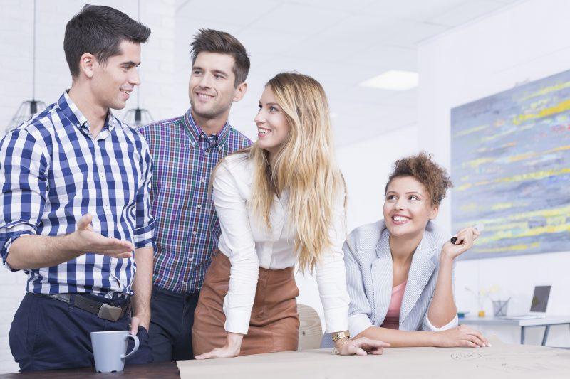Empreendedor explicando para seus colegas o que é NPS