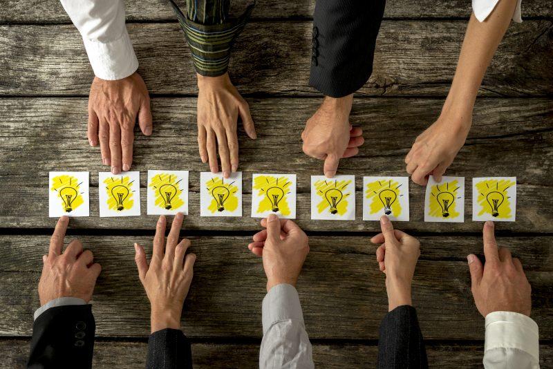 Equipe em reunião sobre inovação de processos antigos