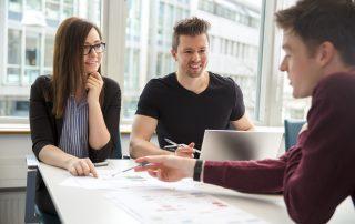 Empreendedor conversando sobre colo lidar com cliente insatisfeito