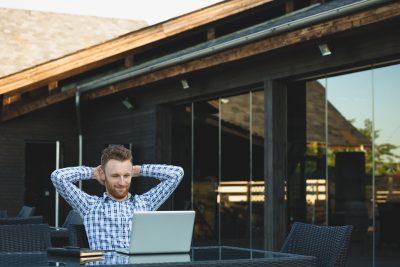 Empreendedor analisando métricas de vaidade
